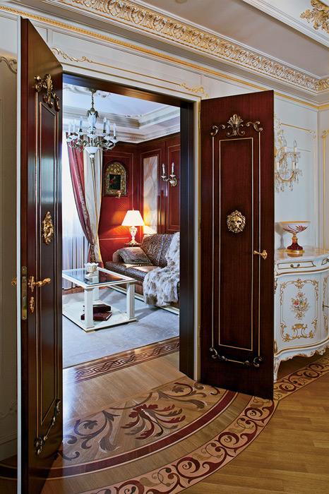 входные стальные двери в классическом стиле