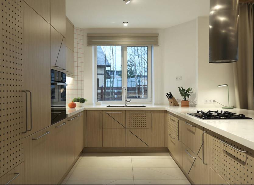 Удобна ли кухня с мойкой у окна: фото интерьеров, разбор планировок + советы